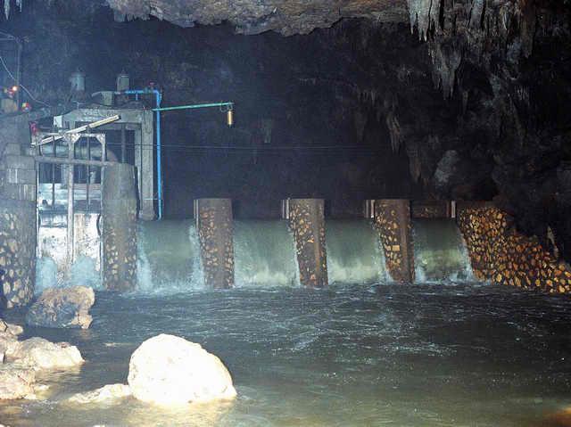 Sungai bawah tanah di Gua Bribin yang dibendung (http://isandri.blogspot.com/2011/01/berbagai-teknologi-baru-untuk-bribin-ii.html)