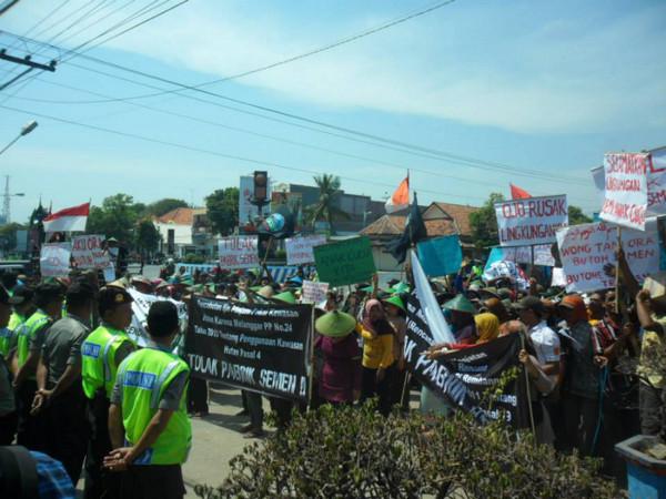 Aksi masyarakat Rembang tolak rencana pabrik dan tambang semen (Foto: JMPPK Rembang)