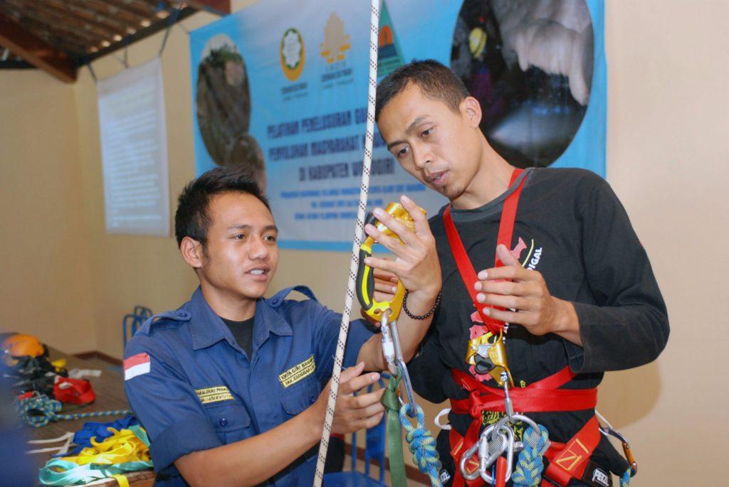 Pelatihan penelusuran gua untuk warga di Wonogiri oleh KMPA Giri Gahama UMS Surakarta (dok. Giri Bahama)