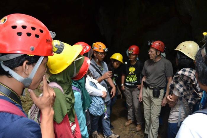 Berbagi pengetahuan pegelolaan wisata gua (dok. LIPI)