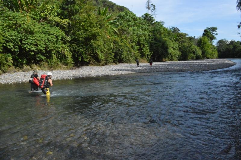 Menyeberangi Sungai Kaloy untuk mencapai lokasi Gua Sarang Burung (Foto : Petrasa Wacana, 2016)